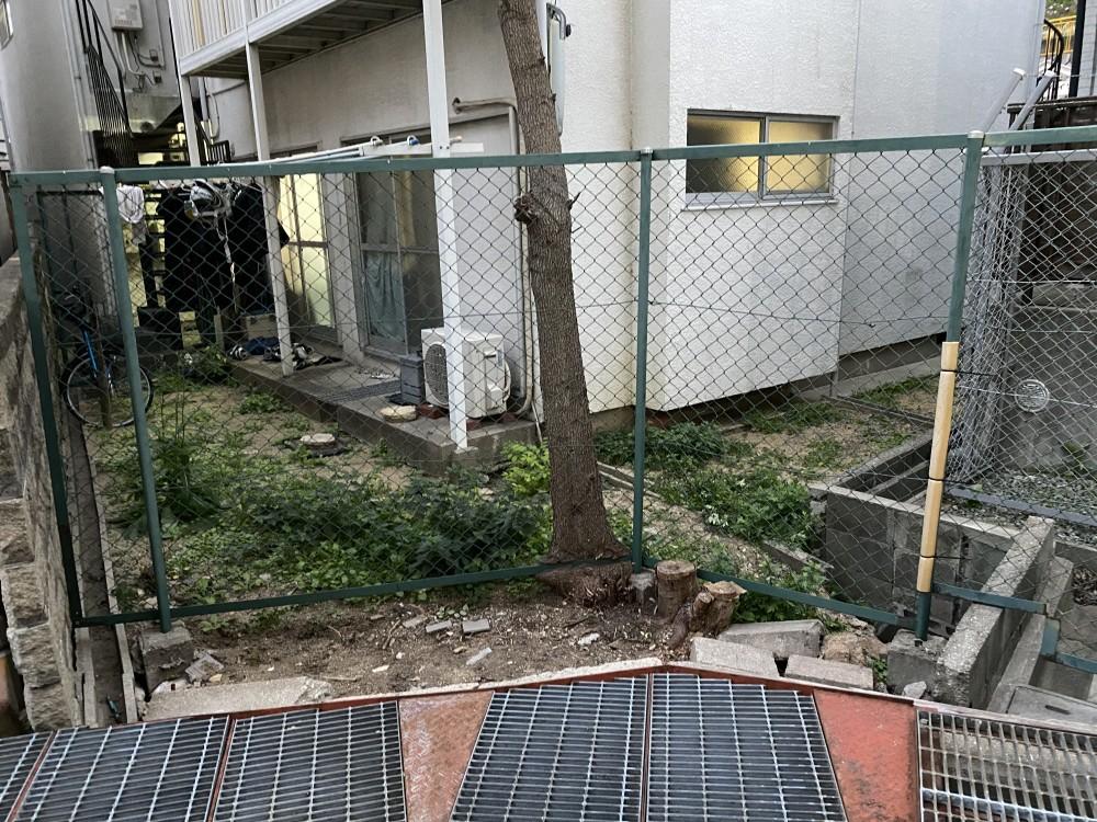 荒れた庭をフェンスもやり替えてスッキリのbefore画像